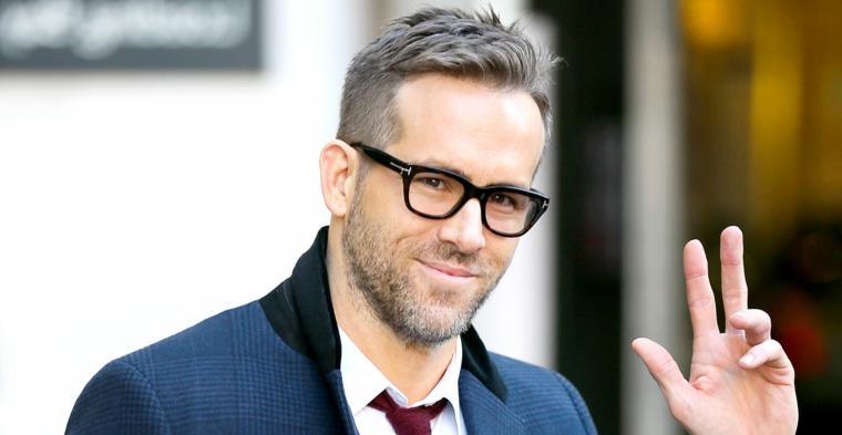 L'attore Ryan Reynolds, occhiali da vista neri, capelli corti ai lati, capelli sfumati uomo