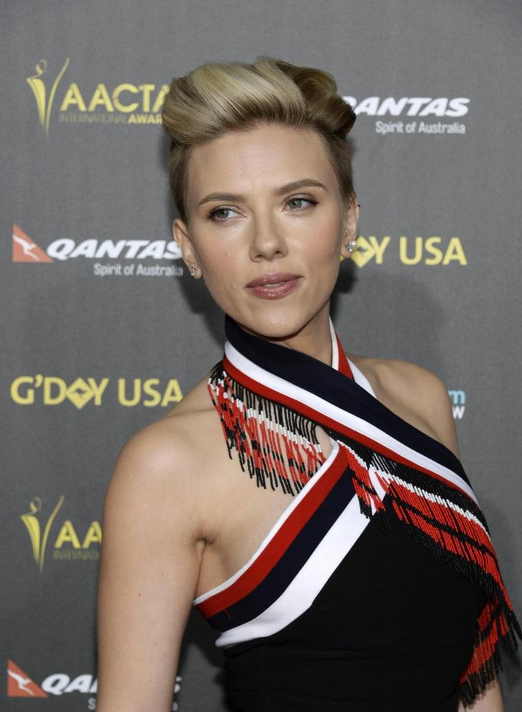 L'attrice Scarlett Johansson, capelli biondi, acconciatura con raccolto
