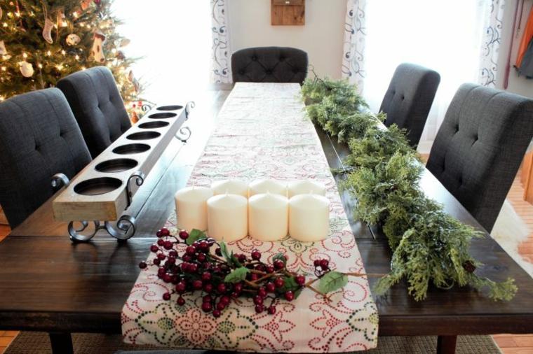 Cetrotavola con candele, ghirlanda con rametti, tavola di legno