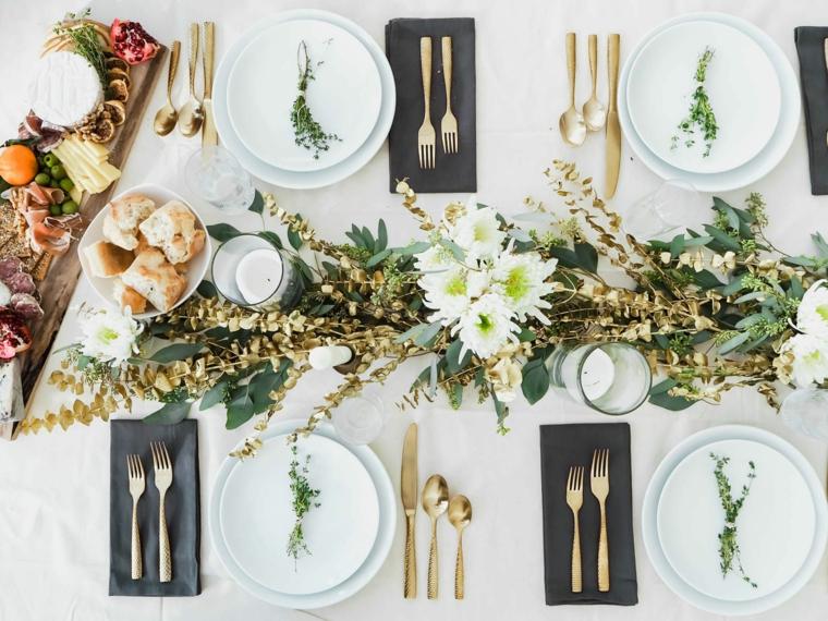 Tavole natalizie, centrotavola con rametti, tagliere di legno con antipasti