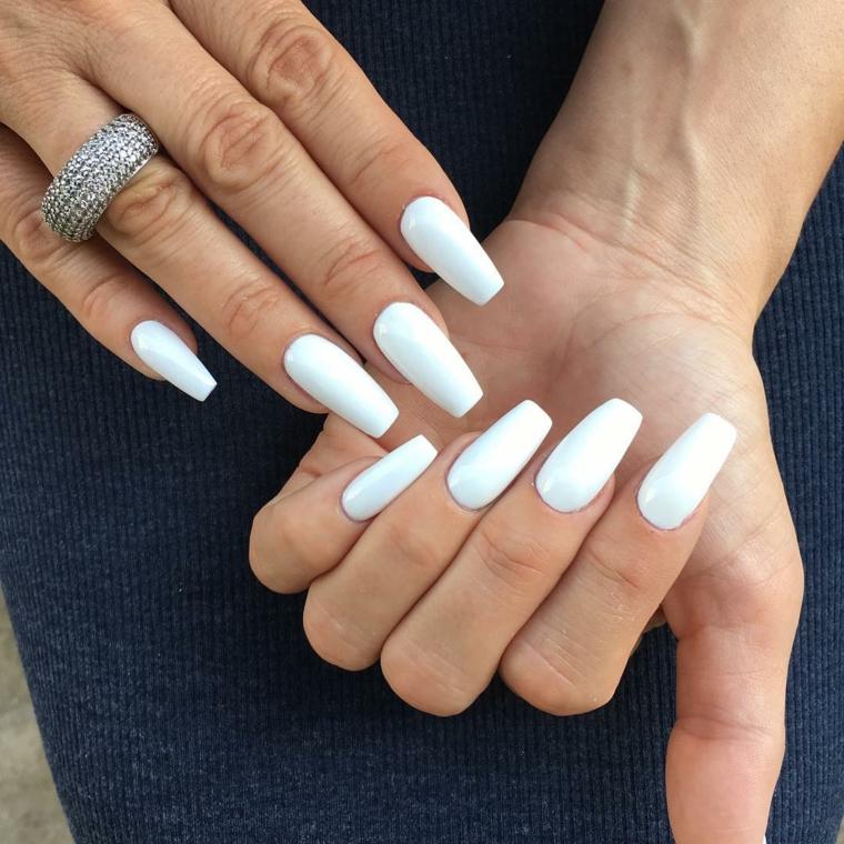 Smalto bianco opaco, unghie quadrate, anello in argento