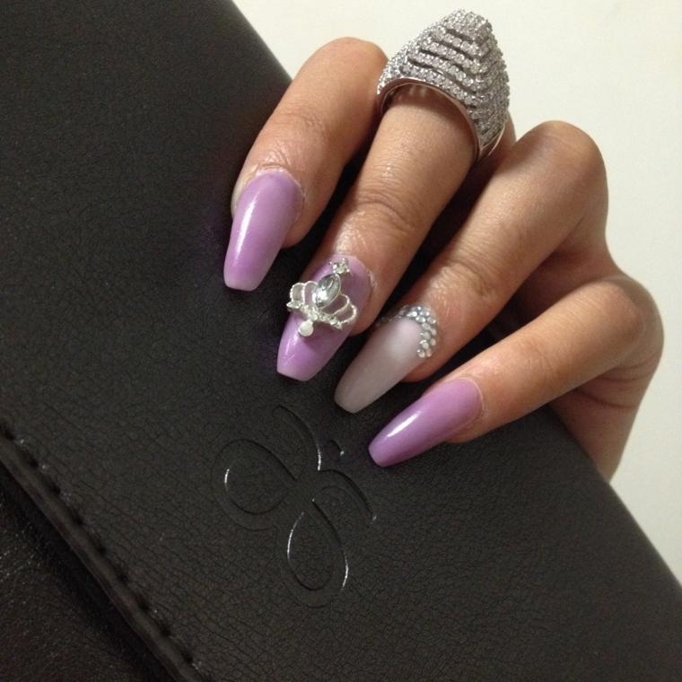 Smalto di colore viola, forme unghie gel, anello con brillantini