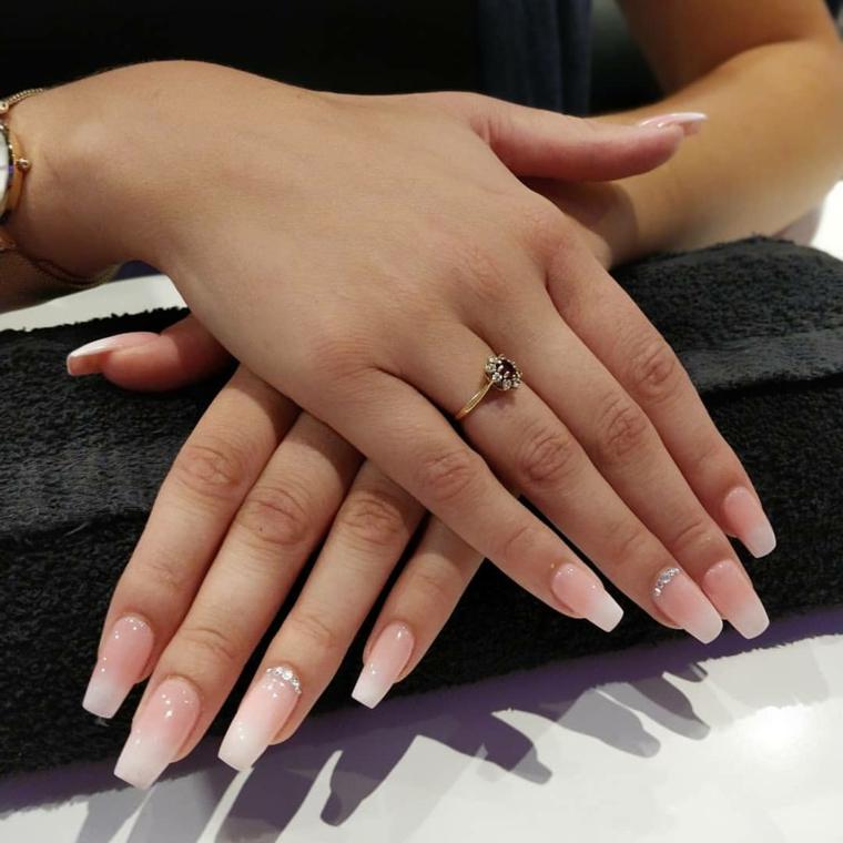 Unghie color cipria, smalto nude, decorazioni unghie con brillantini