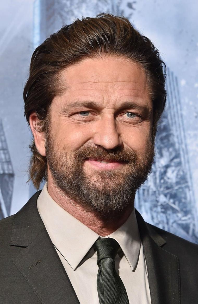 Uomo con occhi azzurri, capelli mossi castani, uomo con barba