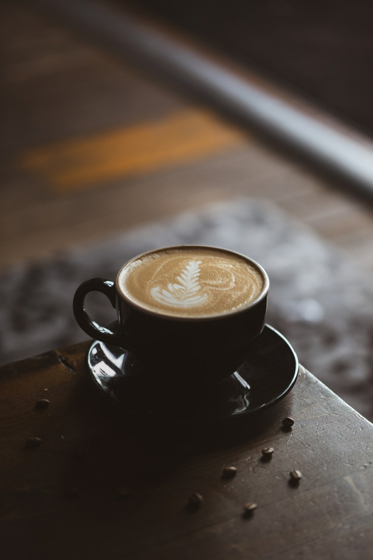 Saluti divertenti, tazzina di cappuccino, chicchi di caffè
