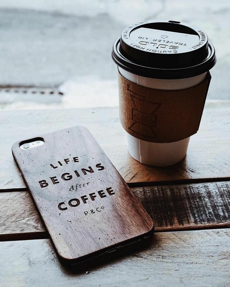 Custodia telefono con scritta, bicchiere di carta, buongiorno frasi e immagini