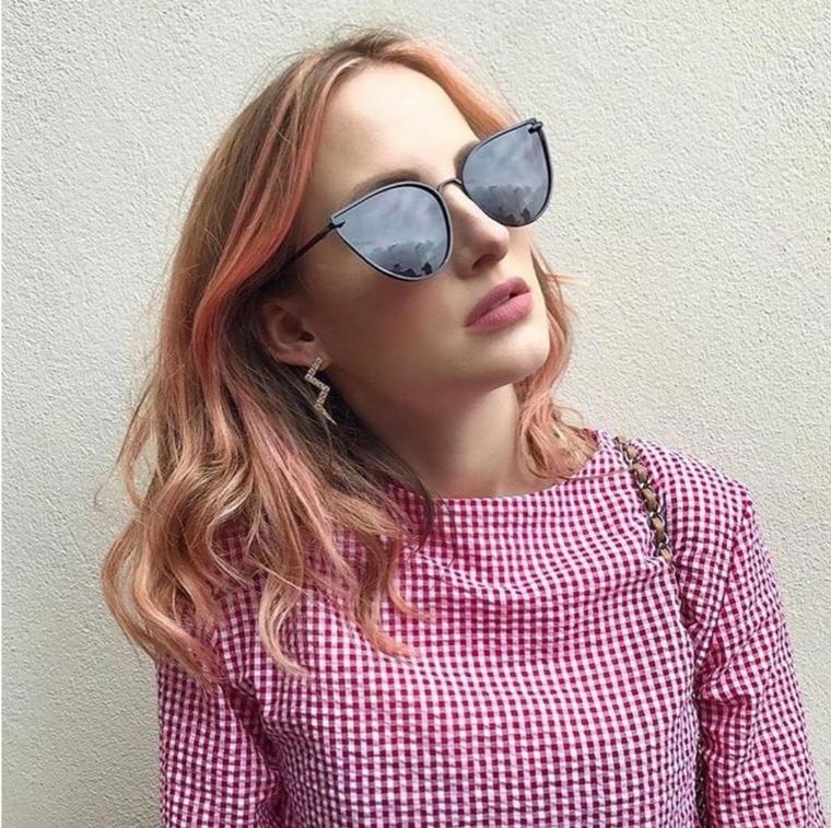 Capelli biondi mossi, balayage rosa, prodotti per schiarire i capelli