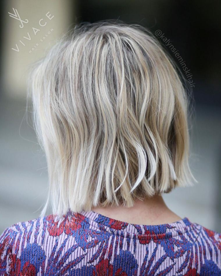Taglio capelli caschetto, colore biondo balayage, acconciatura capelli mossi