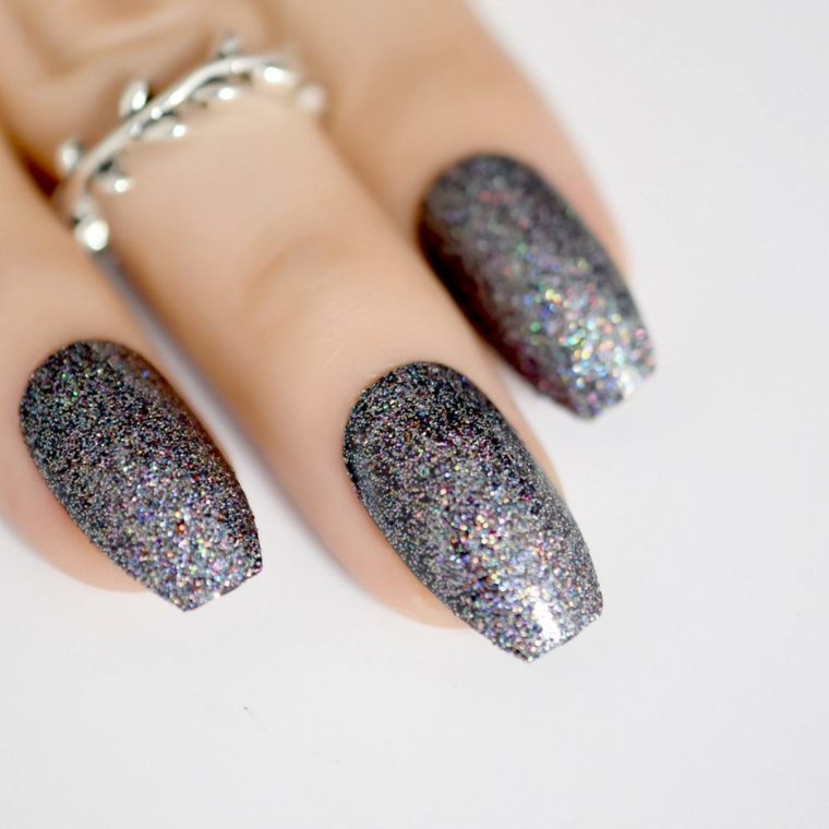 Unghie forma ballerina, smalto colore glitter, anello in argento