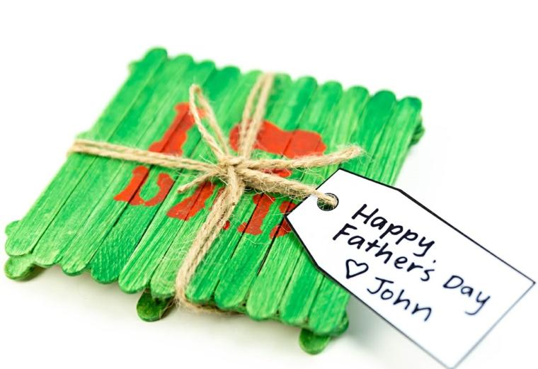 Cosa regalare per la festa del papà, sotto tazza di legno, bigliettino con auguri