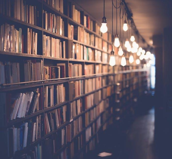 Foto artistiche tumblr, biblioteca con libri, lampade a sospensione