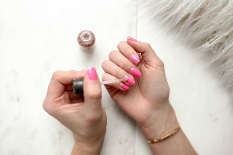 Unghie semplici ma belle, smalto colore rosa, unghie forma quadrata