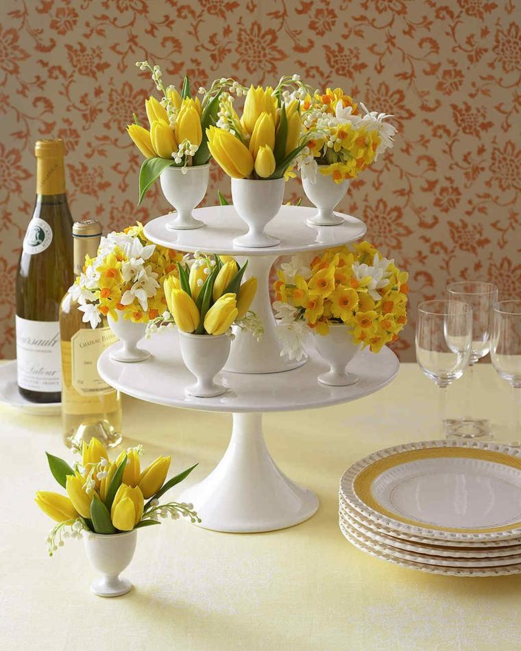 Centrotavola pasquali, piccoli tulipani gialli, tavola apparecchiata per Pasqua
