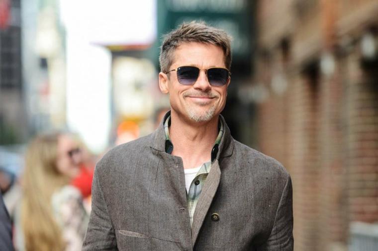 L'attore Brad Pitt, capelli colore chiaro, pettinature uomo