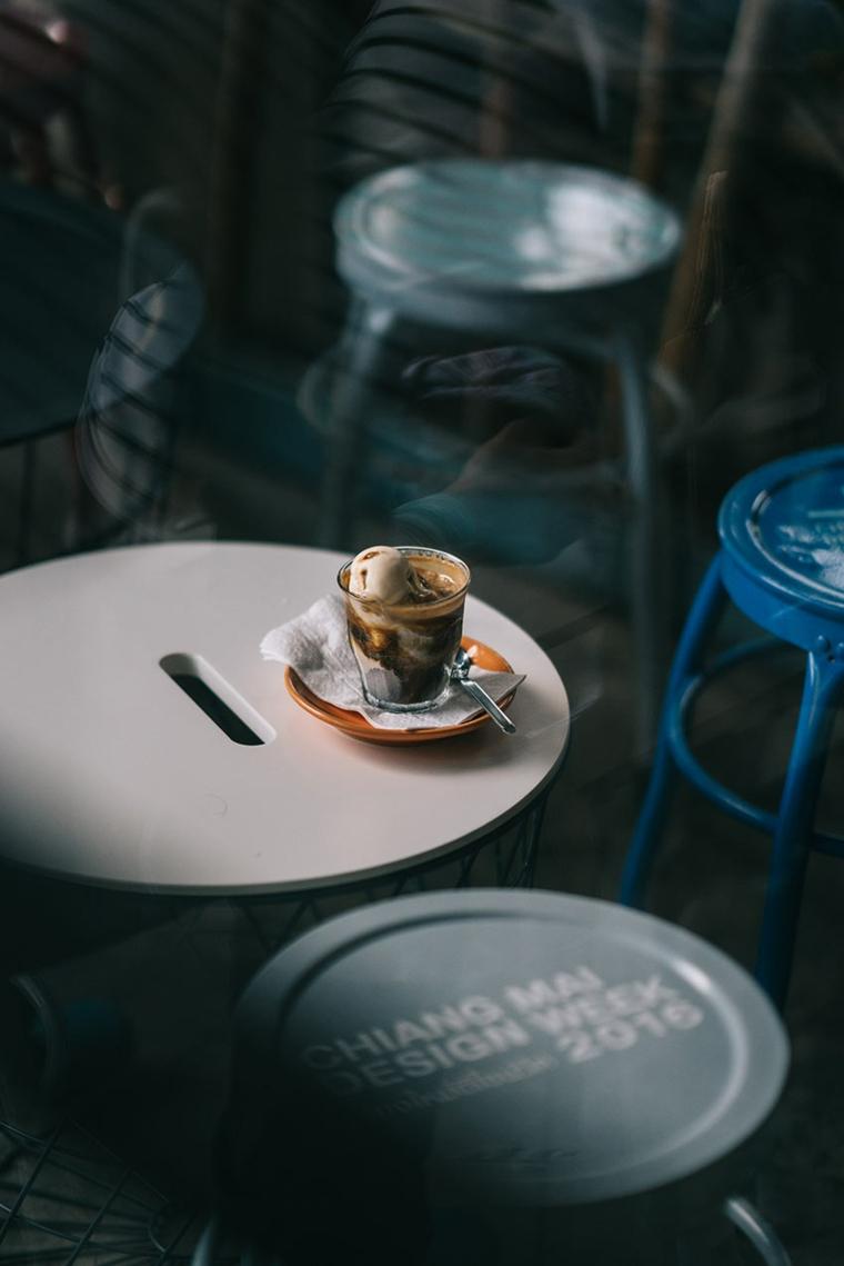Immagini buffe, colazione con caffè e panna, tavolini con scritte