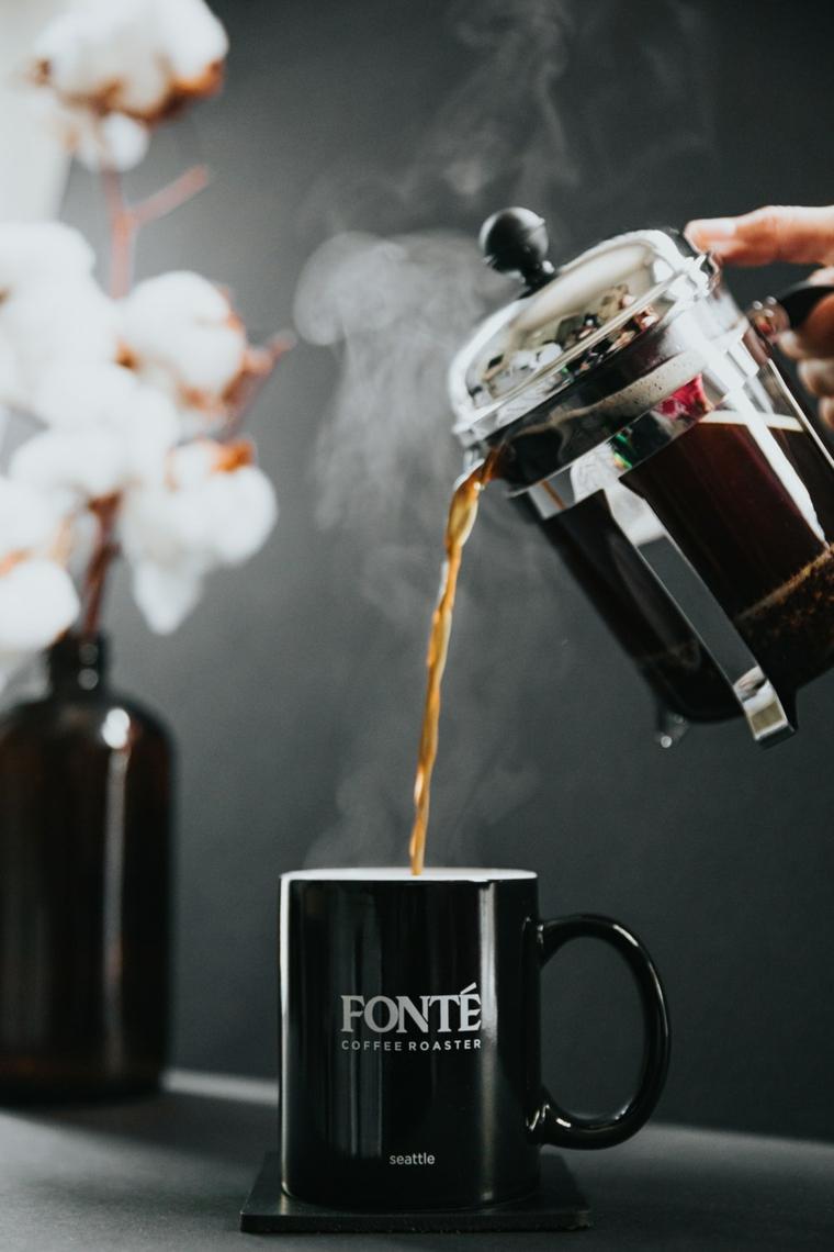 Immagini buffe, caffettiera di vetro, caffè americano bollente