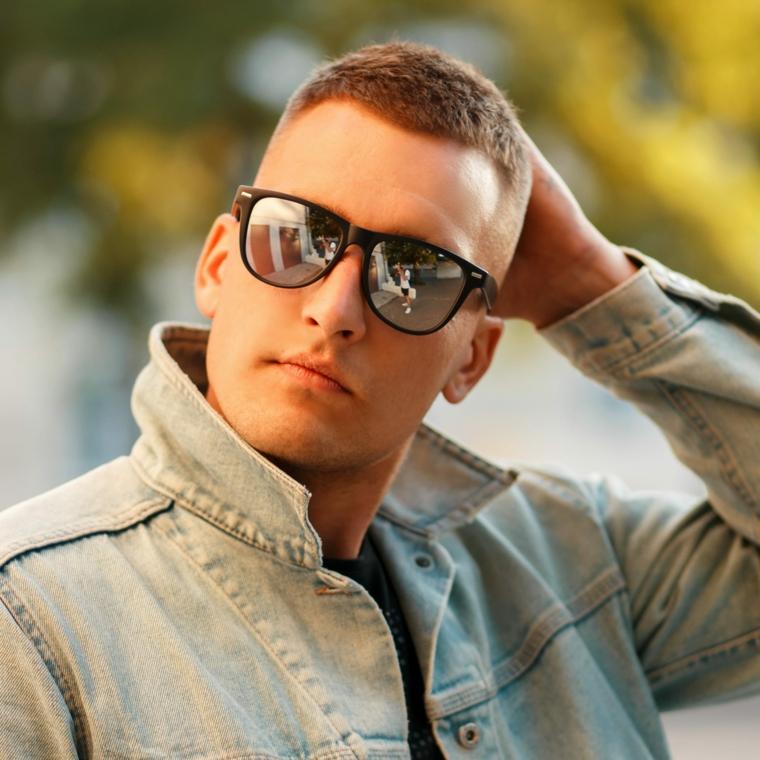 Taglio rasato uomo, ragazzo con capelli corti, occhiali da sole maschili