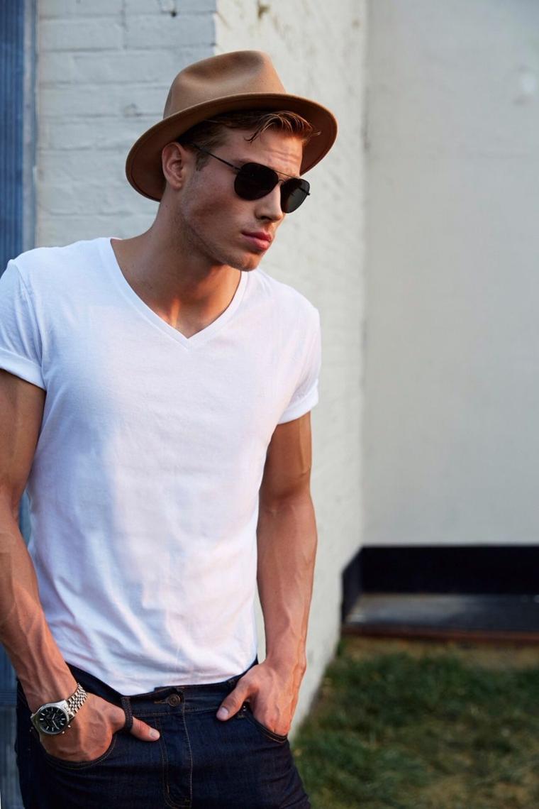 Jeans e maglietta bianca, capigliature uomo, capelli colore castano chiaro