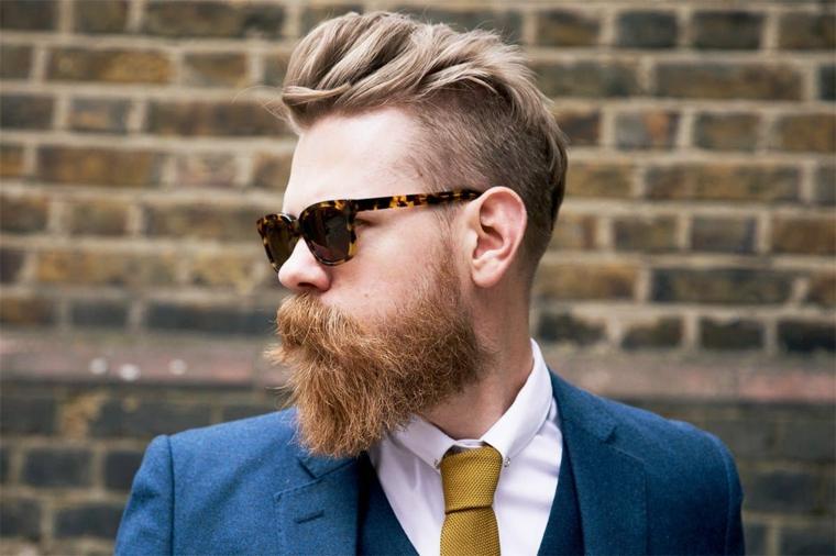 Uomo con barba lunga, tagli capelli maschili, acconciatura capelli corti ai lati