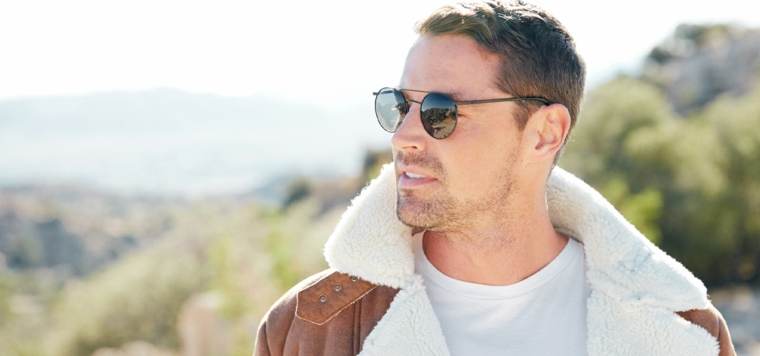 Capelli sfumati uomo, ragazzo con occhiali da sole, giacca con pelliccia
