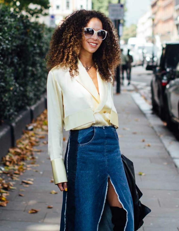 Donna con gonna di jeans, degradè biondo su capelli castani, capelli ricci africani