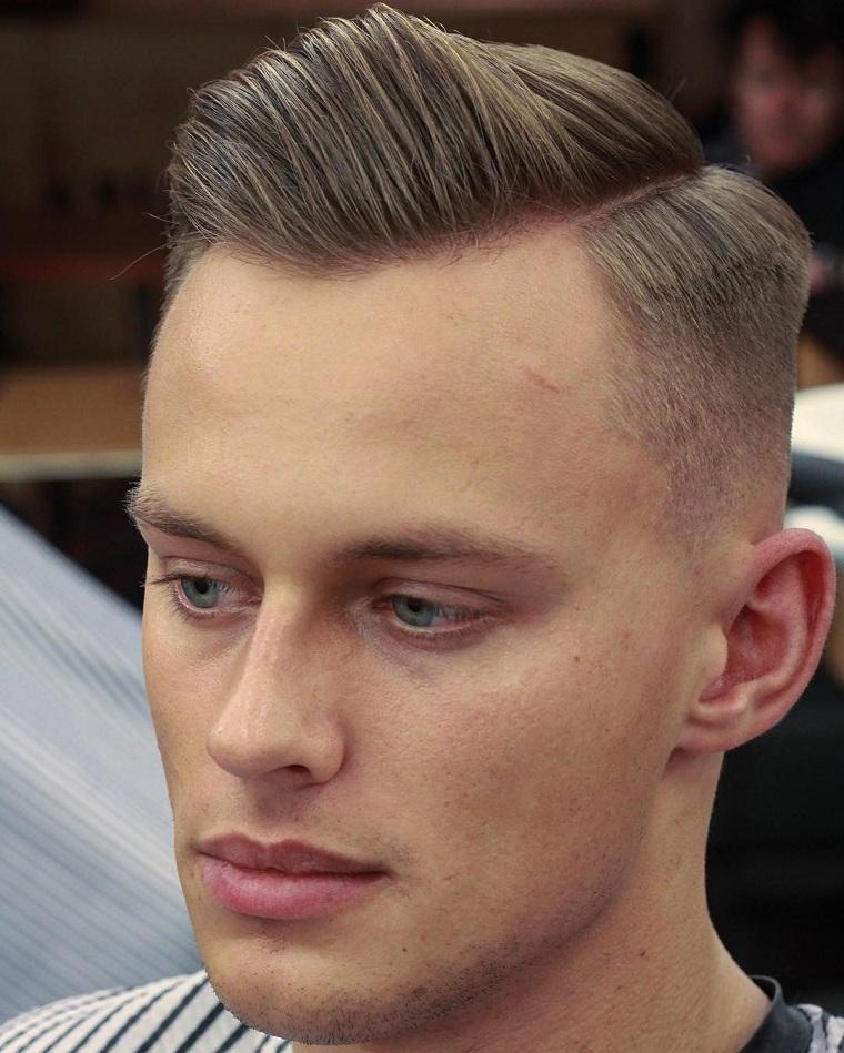 Acconciatura con rasato ai lati, pettinatura stile pompadour, capelli rasati