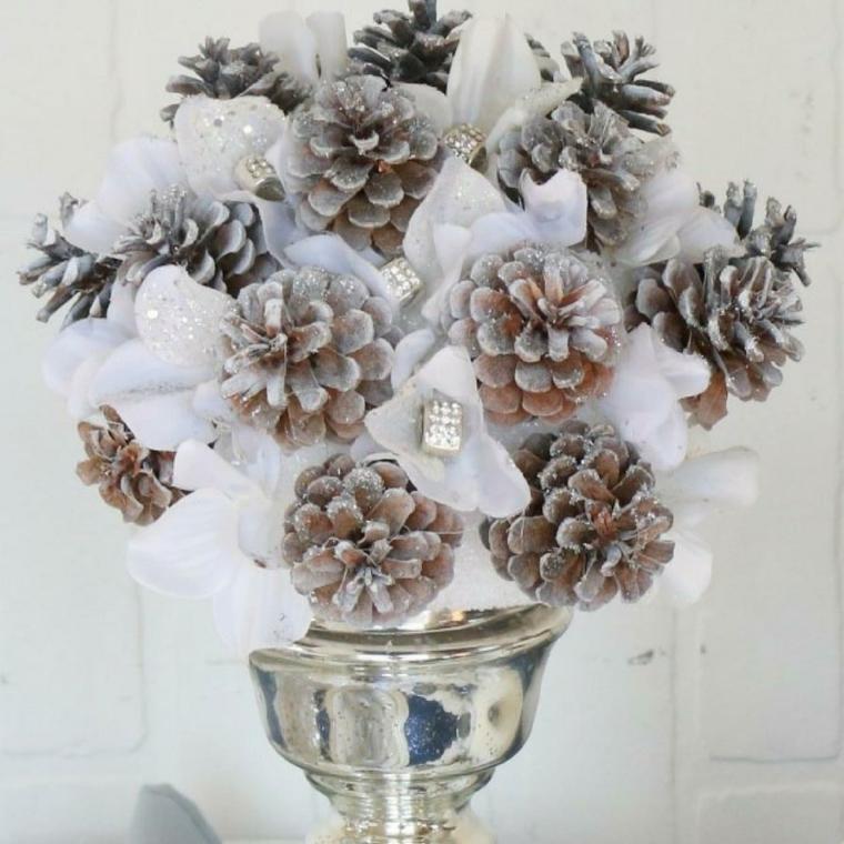 Centrotavola natalizio idee, vaso con pigne, fiori bianchi finti