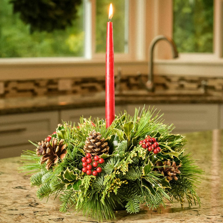 Centrotavola fai da te, decorazioni con pigne, candela di colore rosso