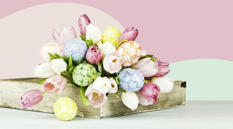 Centrotavola pasquali fai da te, bouquet di fiori freschi, uova di polistirolo decorate