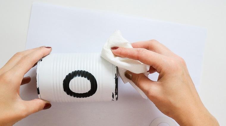 Barattolo di latta bianco e nero, addobbi natalizi fatti a mano