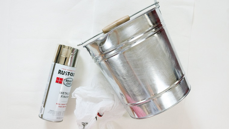 Secchio di metallo, vernice in spray colore argento, addobbi natalizi fatti a mano