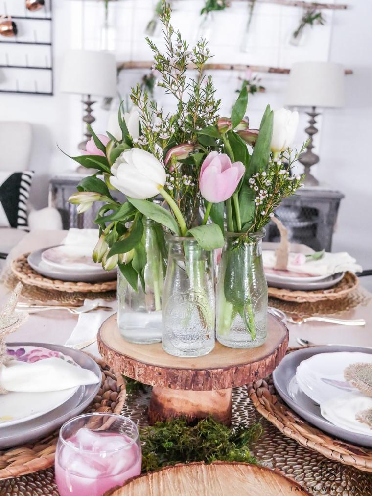 Centrotavola fai da te, vasi con bottiglie di vetro, bouquet di fiori