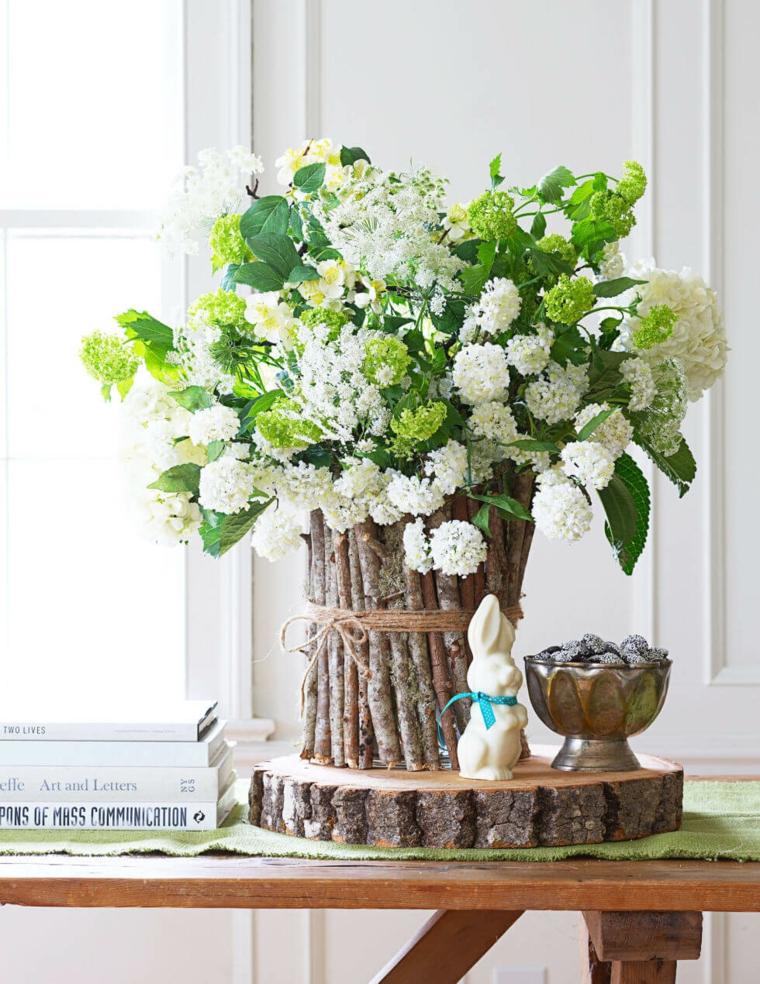 Centrotavola pasquali, vaso con rametti di legno, bouquet di fiori