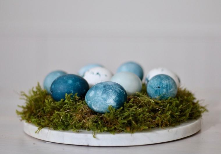 Centrotavola pasquali, uova di Pasqua dipinte, base di erba muschio