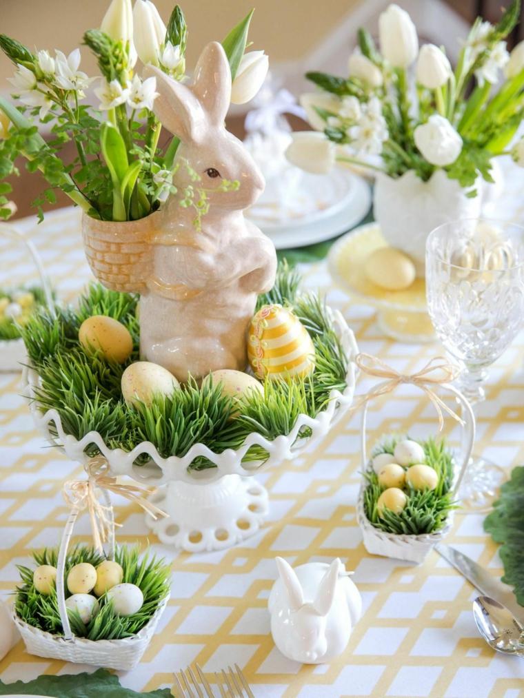Centrotavola fai da te, statuina con coniglietto, uova di Pasqua dipinte