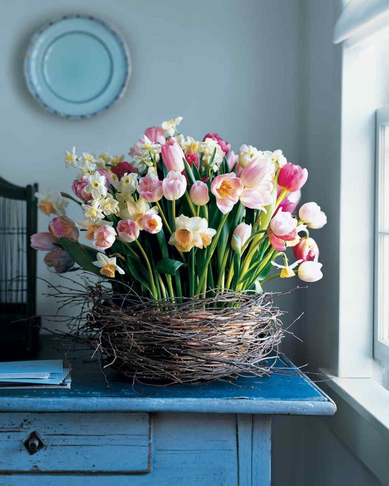 Cestino rustico con legnetti, bouquet di fiori, tavolo blu rustico