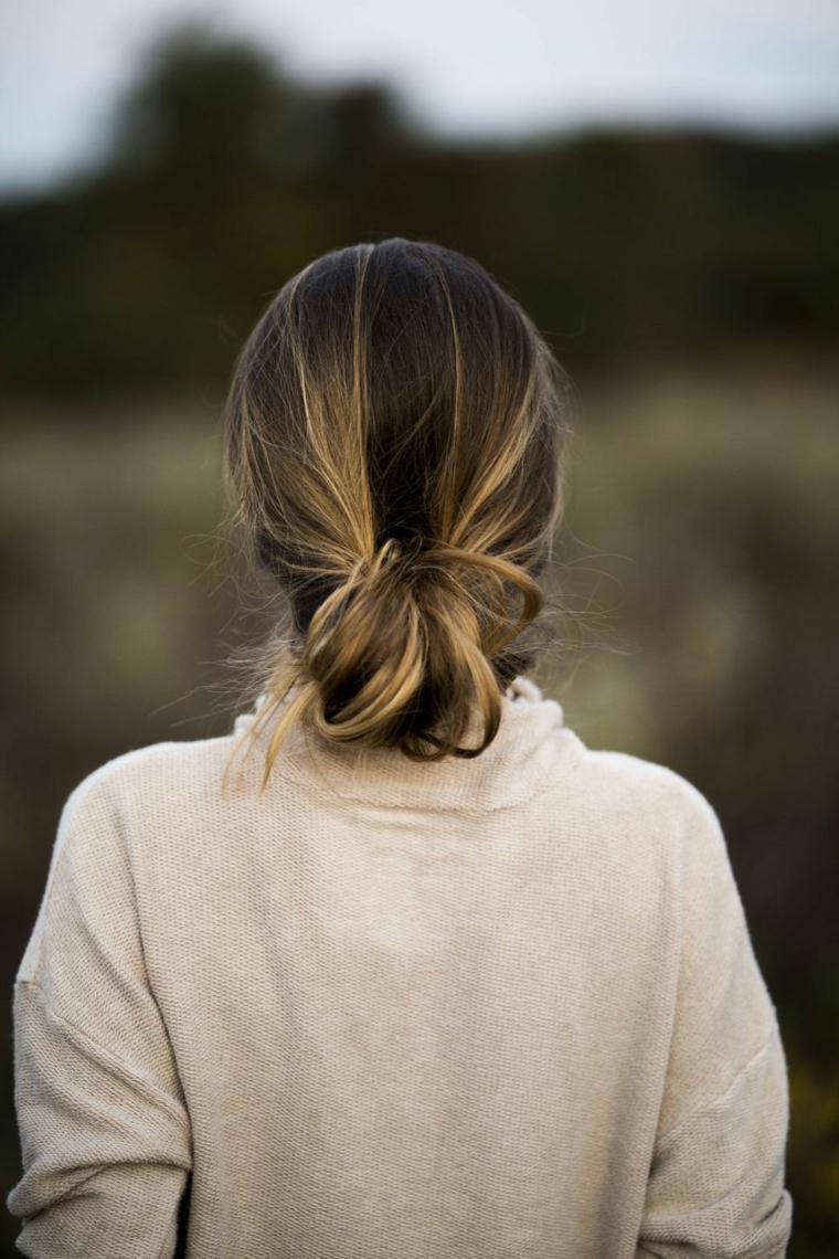 Acconciatura capelli raccolti, ombrè colore biondo, ragazza con cardigan