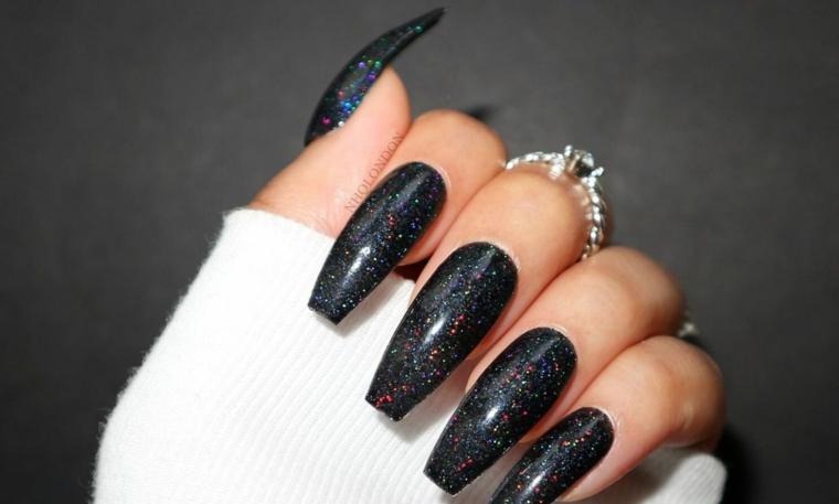 Unghie semplici ma belle, smalto colore nero, anello con diamante