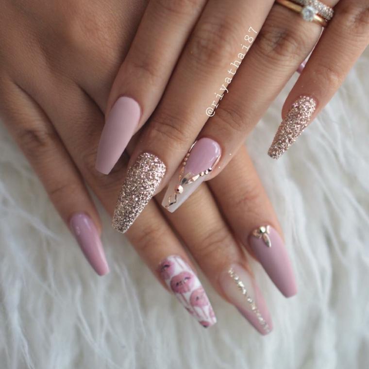 Forme unghie gel, smalto colore rosa, accent nail glitter