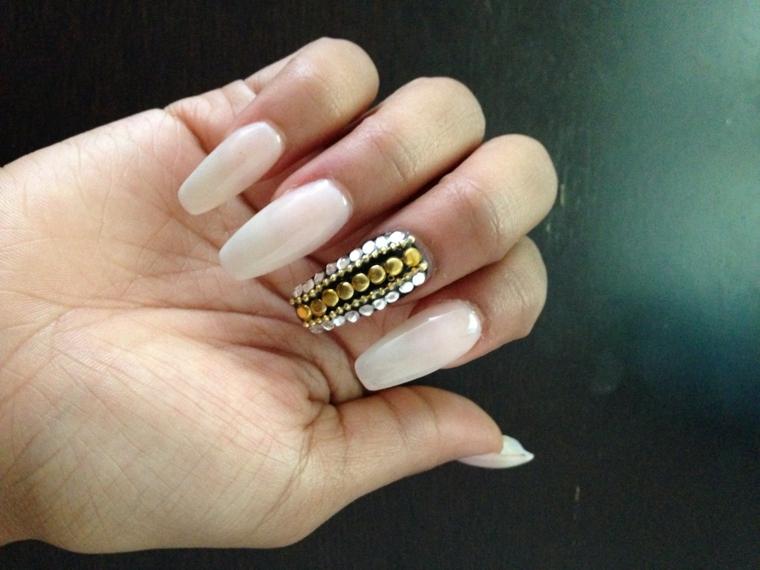 Unghie color cipria, unghie lunghe, smalto colore rosa, decorazioni con brillantini
