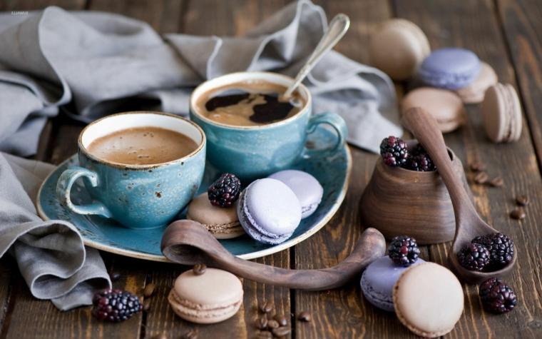 Colazione con macaron, tazzine con caffè, pensieri che colorano la vita