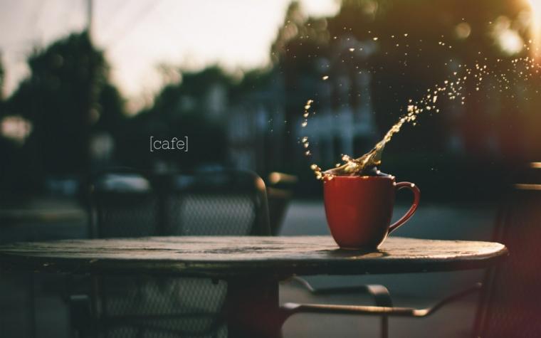 Saluti divertenti, tazza di caffè, tavolo all'aperto