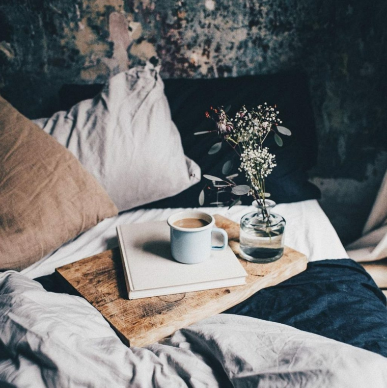 Colazione a letto, tazza di caffè latte, immagini buffe