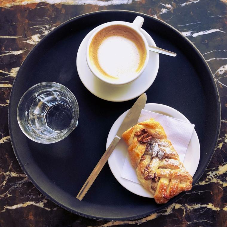 Saluti divertenti, colazione con cappuccino, bicchiere di acqua