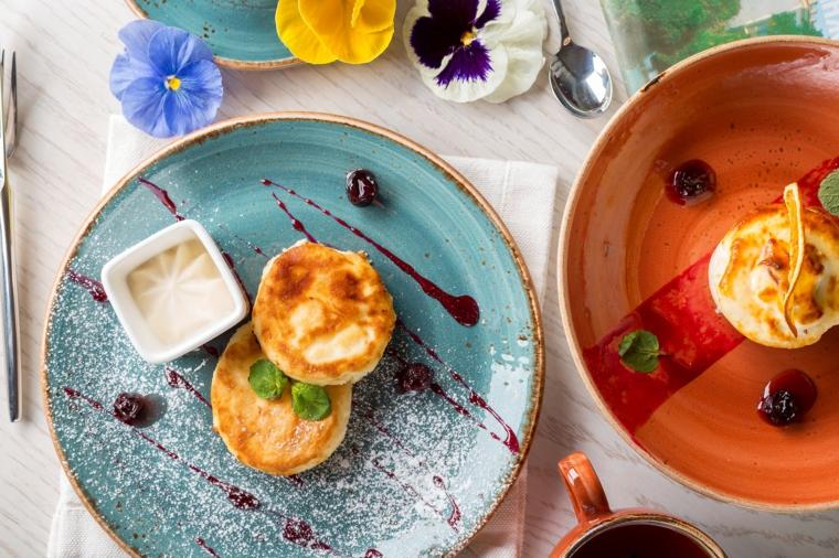 Colazione con mini cupcake, piatto decorato, augurare buongiorno