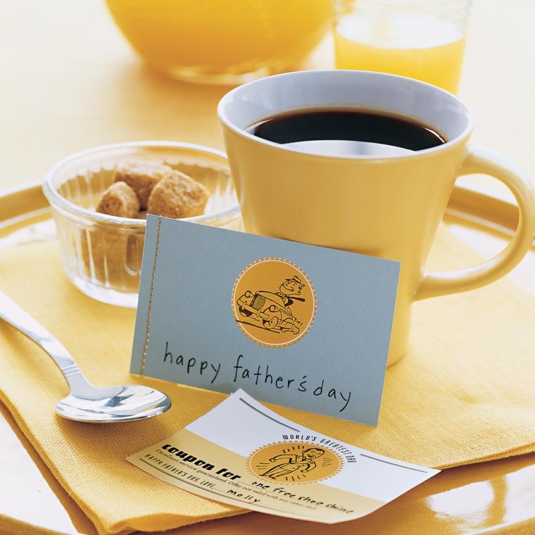 Colazione con biscotti, tazza di caffè, bigliettino di auguri