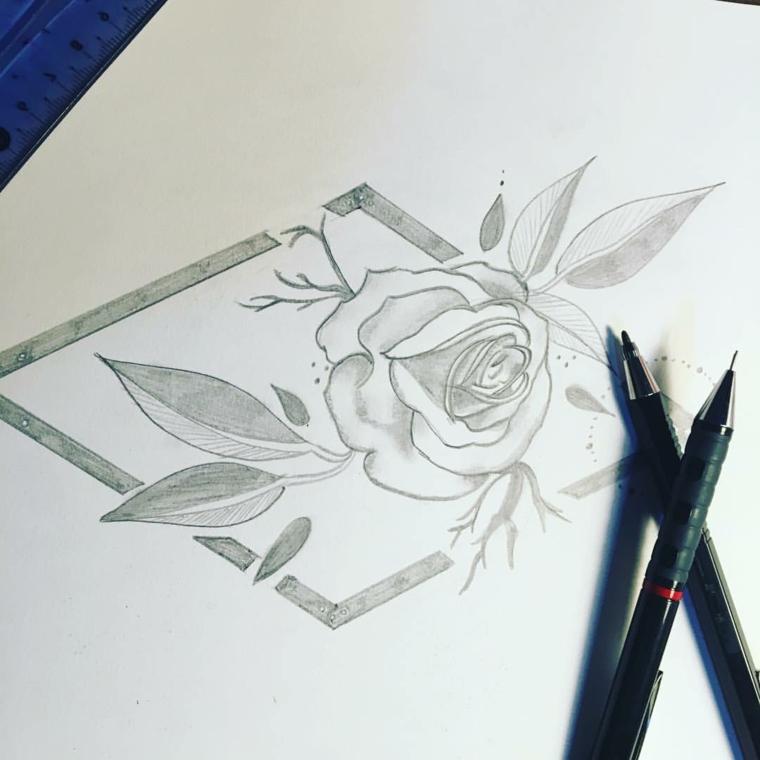 Disegni di fiori a matita, cornice forma quadrata, matite e foglio bianco