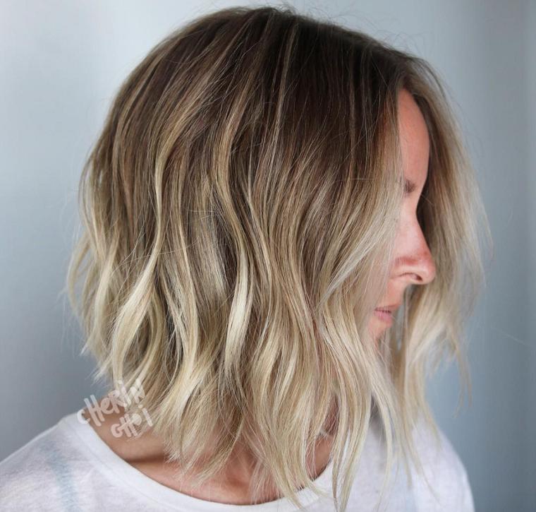 Decolorazione capelli, taglio scalato asimmetico, colore biondo balayage