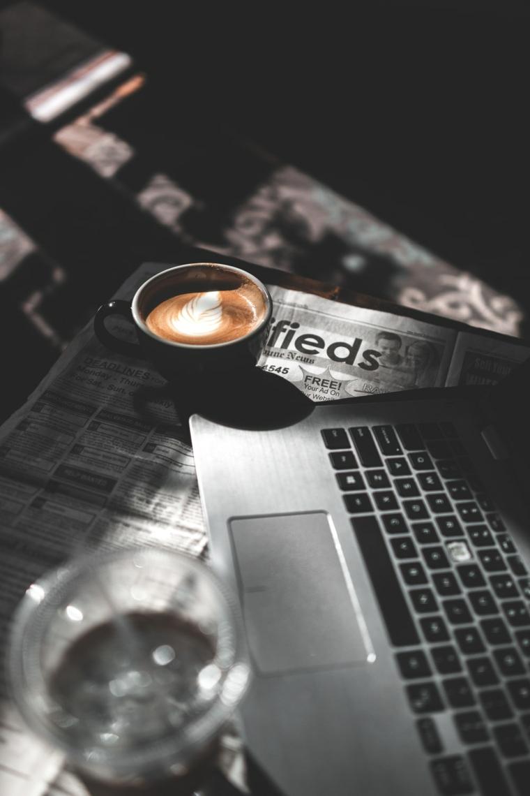Cappuccino con schiuma, computer e giornale, augurare buona giornata