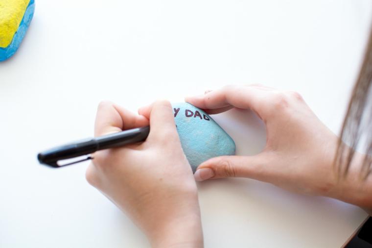 Scrivere su una pietra, pietra di colore blu, lavoretti per il papà fai da te